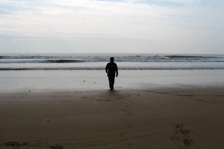 茫然走在海边